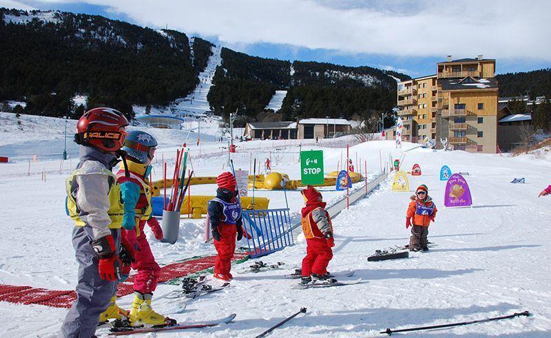 disfrutando en familia esqui esquiant