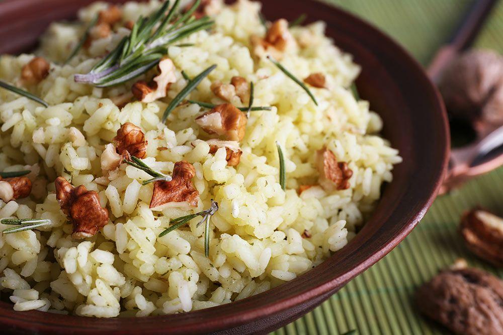 Beneficios de los frutos secos y cómo incorporarlos cómodamente a nuestra dieta Arroz con nueces y romero