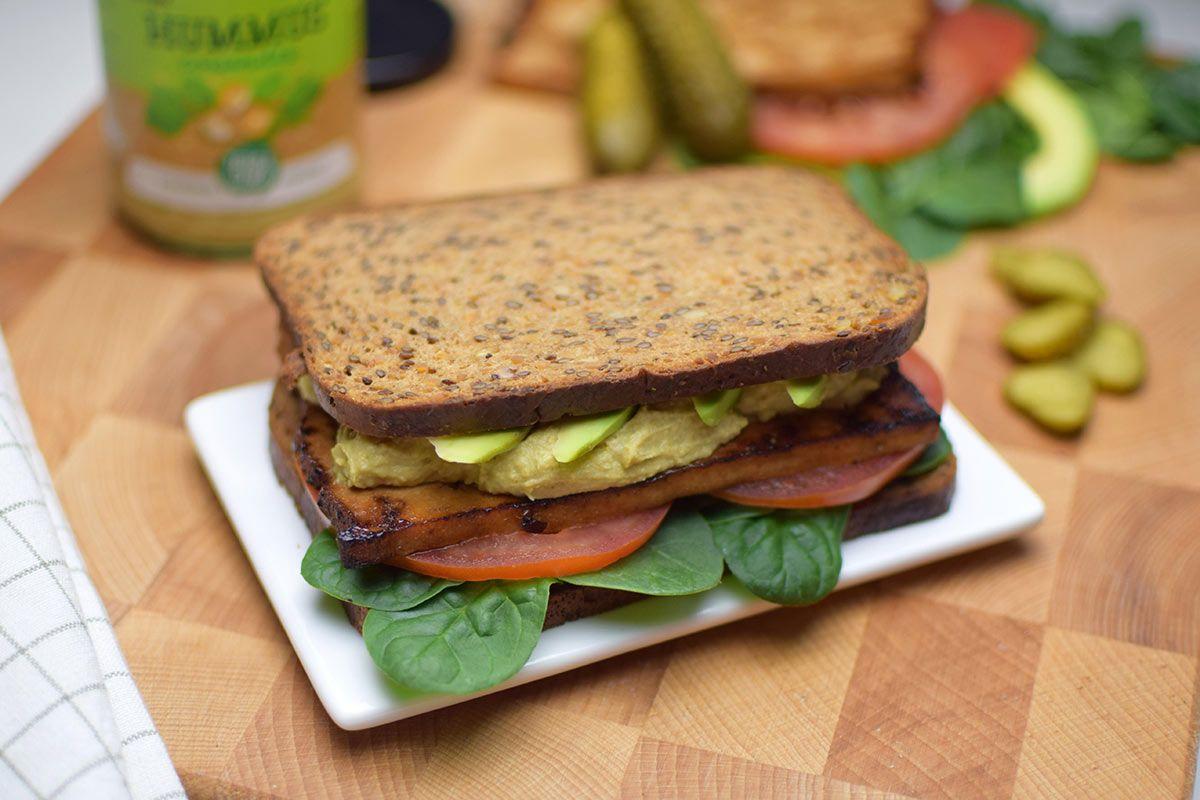Sándwich con hummus y tofu marinado