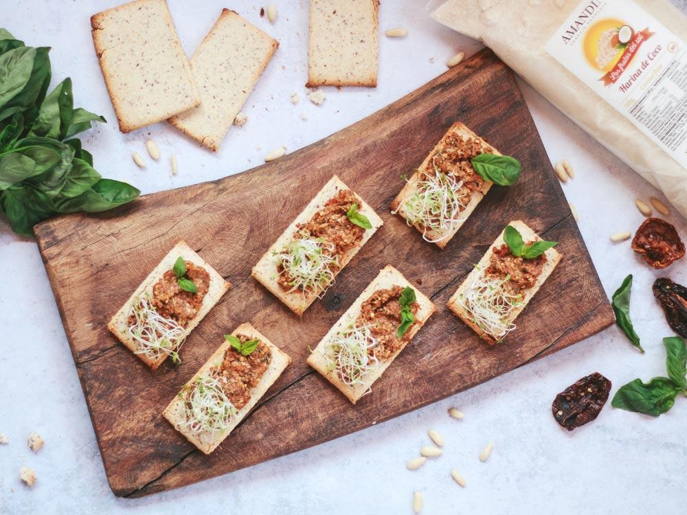 Receta: crackers de coco con pesto rosso