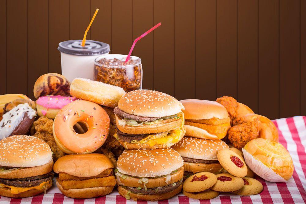 El Reino Unido prohibirá toda la publicidad en línea de comida basura para combatir la obesidad