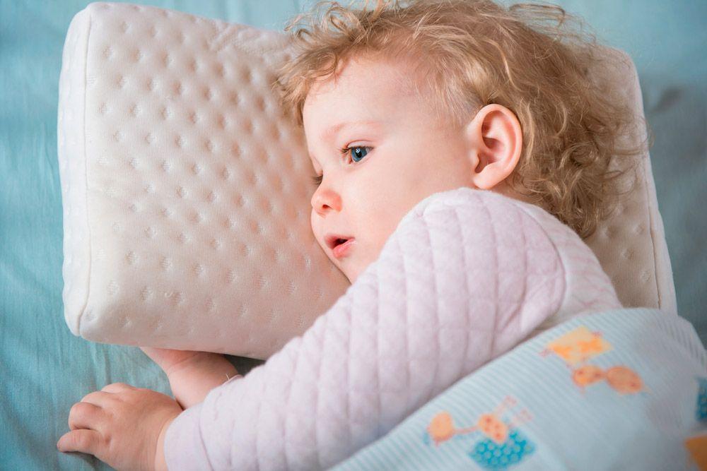 Dormir es esencial para la salud de los más pequeños, pero la mayoría de las niñas y niños en las sociedades occidentales no duermen todo lo que deberían. La falta de sueño puede interferir con la producción de hormona del crecimiento y con la función del sistema inmune.
