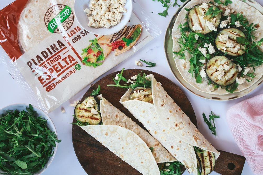 Receta: Piadinas de berenjena asada, tofu ahumado y rúcula